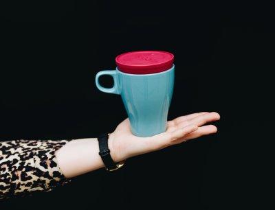 Die platzsparende nachhaltige Kaffee to go Lösung: Der Deckel aus TPE passt auf viele haushaltsübliche Tassen