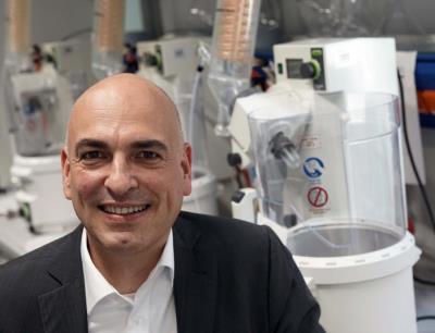 "Der Jenaer Chemiker Prof. Dr. Ulrich S. Schubert ist Sprecher des neuen Schwerpunktprogramms ""Polymerbasierte Batterien"