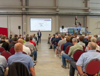 Andreas Hollweg, Vertriebsleiter Spritzgießtechnik, begrüßt die Gäste