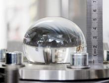 Aufgeblasener Probekörper ohne schwarz-weiß Muster, Anlegen des Kreisrings mit dem Durchmesser 50 Millimeter. Das Lineal dient zur visuellen Kontrolle der Blasenhöhe während des Tests