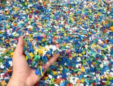 Ziel der Innovation ist es, Kunststoff-Flakes, die zum Beispiel aus Post-Consumer-Sammlungen stammen, ohne Granulieren direkt im Spritzguss zu verarbeiten