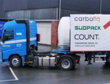 Erstmals hat ein Lkw mit Öl, das durch chemisches Recycling aus Ressourcen gewonnen wurde, die Pilotanlage verlassen