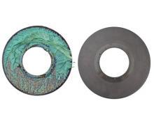 Laserfilter lassen sich mithilfe thermischer Vakuumpyrolyse schnell und sicher von Kunststoffresten befreien. Hier vor und nach der Reinigung in einer Vacuclean-Anlage