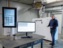 Lars Ruttmann, Geschäftsführer bei Sortco, präsentiert den Purity Scanner Advanced von Sikora zur Inspektion und Sortierung von Kunststoffgranulat