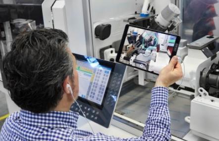 """Bei der """"remoten"""" Maschinenabnahme geht ein Arburg-Vertriebsexperte per iPad mit dem Kunden alle Anforderungen Punkt für Punkt durch"""