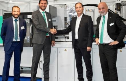 Arburg: Automatisierter Allrounder an Hochschule Darmstadt übergeben