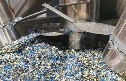 Die Wiederverwertung von Kunststoffen trägt dazu bei, Abfälle deutlich zu reduzieren